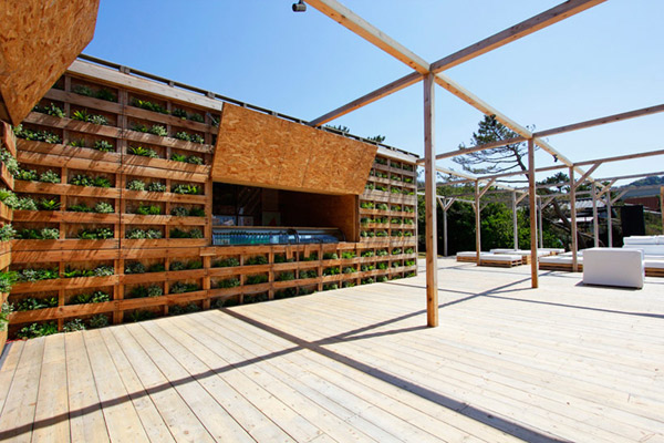 Japanese beach house made from upcycled wooden pallets - Terraza chill out ...