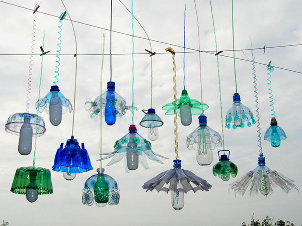 Lamp lights made of upcycled PET plastic bottles by Veronika Richterová