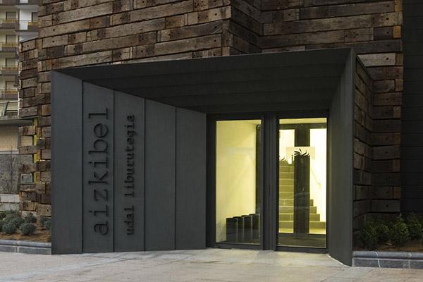 Entrance-to-Biblioteca-Municipal-by-Estudio-Beldarrain