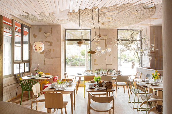 Cool and eclectic upcycled restaurant interior design in for Design interior cafe vintage