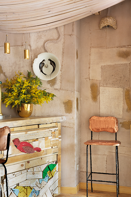 Wallpaper made of golden linen and sand by Qatay Architecture in Mama Campo restaurant