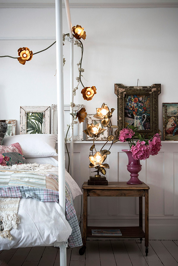 Ideas for decorating with vintage frames and pictures in the bedroom