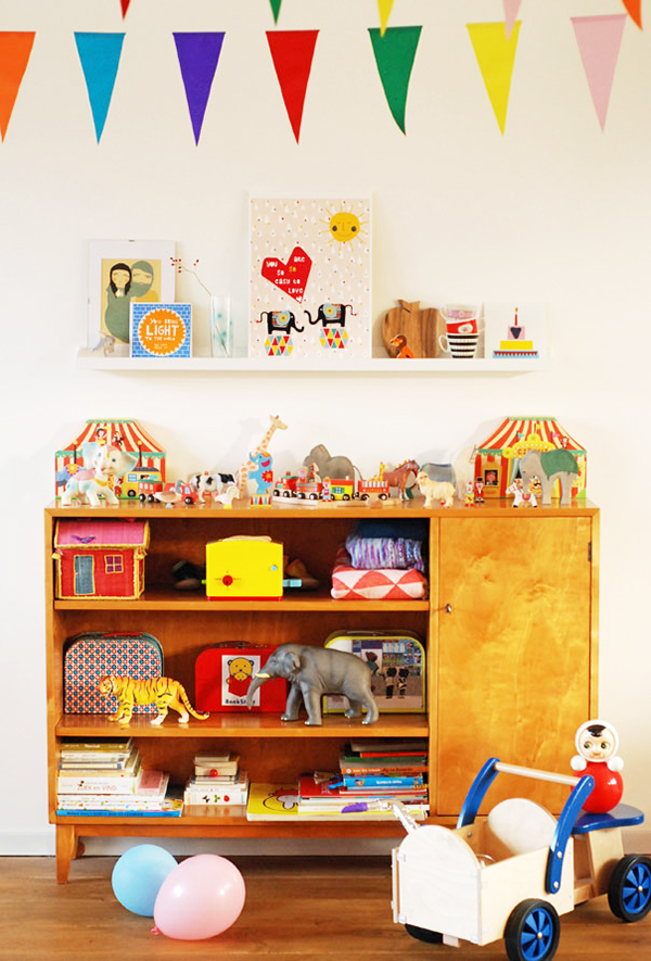 Vintage shelving unit in kids bedroom