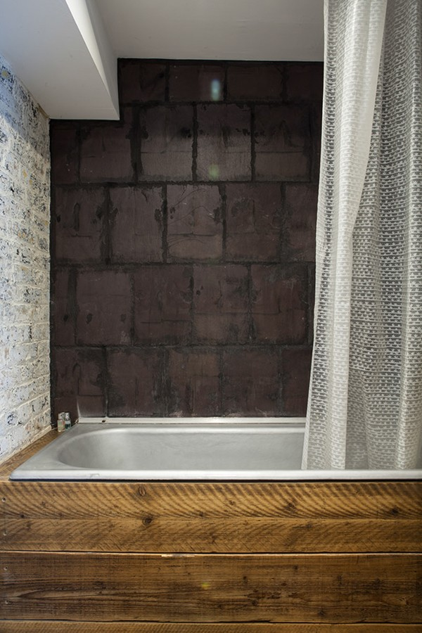 Reclaimed-materials-in-the-bathroom