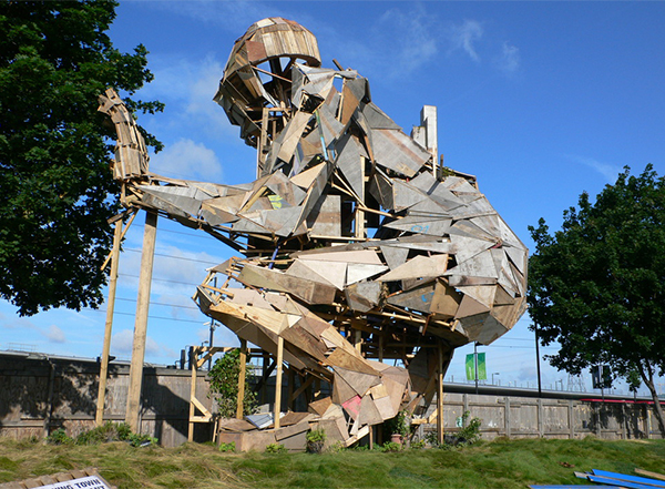 Giant-sculpture-made-from-scrap-wood-by-Robots